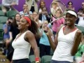 LONDRES.- Serena (i) y Venus Williams celebran su triunfo en la final femenina de dobles.