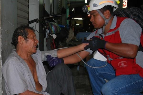 Una intoxicación por alcohol es el diagnóstico que el paramédico Pedro Chérrez da en el caso de un mendigo, luego de examinarlo.