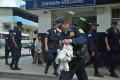 Un policía metropolitano tras decomisar los productos de un vendedor informal de cocos en Aguirre y Pedro Moncayo.