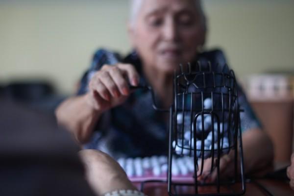 Olga Vera viuda de Coloma, juega bingo como parte de las actividades no dirigidas en el Centro Gerontológico Dr. Arsenio De la Torre Marcillo del Municipio de Guayaquil