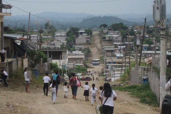 Caminar por los largos senderos hasta tomar un bus, se vuelve cansado para los habitantes de la Sergio Toral.
