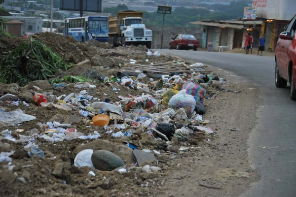 A lo largo de la avenida Sergio Toral hay varios montículos de basura.