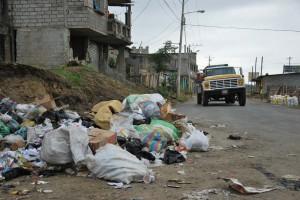 En la avenida 4ta de la cooperativa Sergio Toral es común ver montículos de basura.