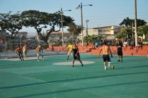 Fútbol es uno de los deportes que practica un grupo de jóvenes en el parque Puerto Liza, en Venezuela y la Octava, en el suroeste.