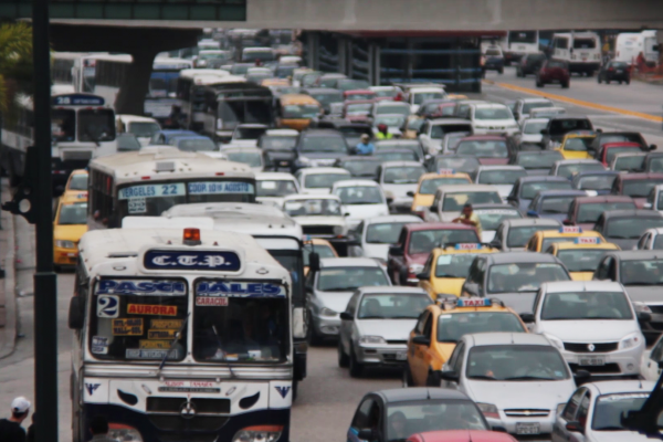 La avenida de las Américas es otra de las vías que soporta gran afluencia vehicular todo el día.