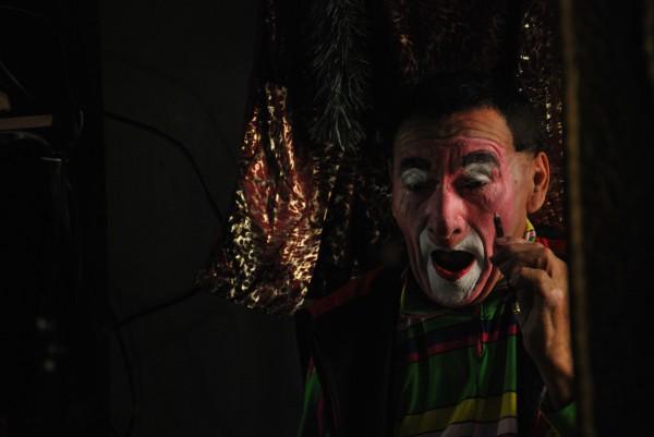 Carlos Astudillo da los últimos arreglos a su maquillaje de Fresco Solo.