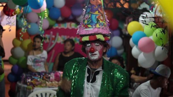 Fresco Solo equilibra una piñata en la cabeza durante uno de sus shows.