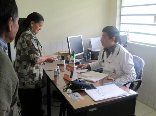 Carmen Juana Bosques también recibe atención médica en el dispensario de Changuil Alto, una población dedicada a la producción de los licores Pájaro azul y Pata de vaca.