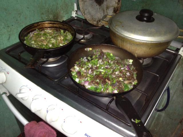 La carne y el pollo de los pasteles son cocinados con cebolla y pimiento minutos antes de ser colocados en el horno con la masa.