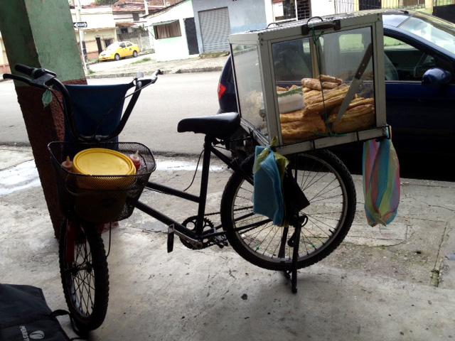 Entre 200 y 220 pasteles preparar· Jaime Luzardo para vender en dos jornadas del dÌa. Una bicicleta y una vitrina de vidrio servir· para la venta.