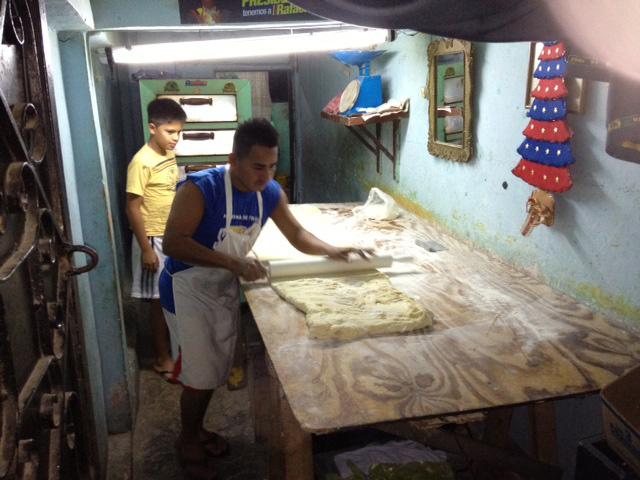 Jaime Luzardo inicia la preparaciÛn de los pasteles de los pasteles a las 05:00, pero deja lista la masa desde la noche anterior.