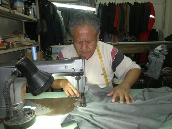 Segundo Soria tiene 40 años en el oficio. Tiene su taller en la 21 y Cuenca.