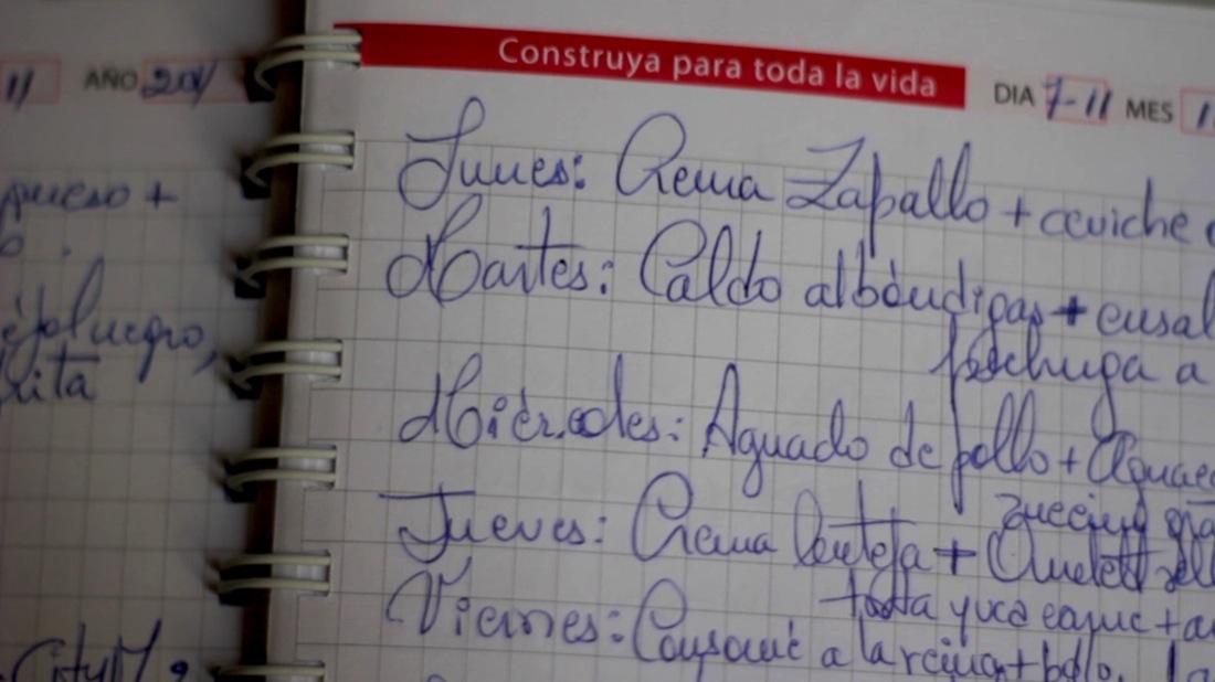 Grace Franco apunta un menú semanal en un cuaderno, para no repetir platos cada mes