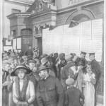 Ilustración del National Maritime Museum sobre las oficinas de la White Star Line en Southampton que muestra a personas en busca de los nombres de sus seres queridos, entre la lista de los sobrevivientes del Titanic.