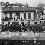Migrantes irlandeses a la espera de embarcar el Titanic. Foto: © National Maritime Museum