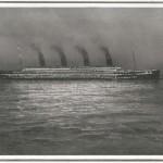Una última visión del Titanic durante la noche.