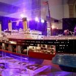 Un visitante observa una maqueta del Titanic que se exhibe en una exposición en el Museo Marítimo de Barcelona. Foto: EFE