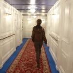 Una visitante camina por la recreación de uno de los pasillos de primera clase del Titanic que se exhibe en el Museo Marítimo de Barcelona. Foto: EFE
