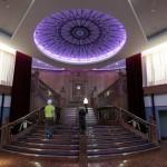 Una réplica de la famosa escalera del barco Titanic en el Centro de Titanic de Belfast. Foto: AP