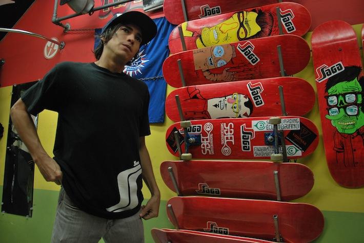 """Allan García, de 26 años, prefiere el skateboarding porque """"no necesita una cancha para practicarlo, solo una calle""""."""