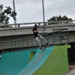 Allan García, de 26 años, mientras realiza una pirueta en el conjunto recreacional y deportivo Deportes Extremos Skateboarding y Bicicross.