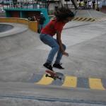 Otro de los trucos de skateboarding de Dayanara García.