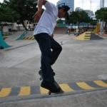 Andrés Chong Qui muestra uno de sus