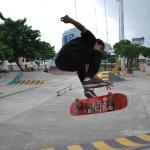 José Barragán practica con su tabla de skateboarding uno de sus trucos.