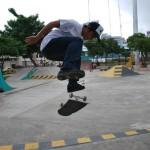 Andrés Chong Qui haciendo un flip en una rampa.