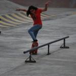 Dayanara García realiza uno de sus trucos de skateboarding.