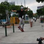 Allan García en otro de sus trucos de skateboarding.