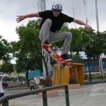 Allan García muestra uno de sus saltos de skateboarding.