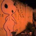 Lisette Abarca observa su obra terminada en una calle de la zona de Urdesa en Guayaquil.