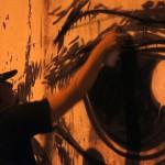 Luego de haber usado brocha y pintura, Christian utiliza el clásico spray en aerosol.
