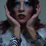 Atenea, un drag queen experto en 'bate cabelo', muestra su maquillaje.