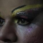 El retoque con maquillaje de manera exagerado es una de las características del arreglo de un drag queen como Darangeles Smith.