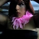 Caridee arregla su cabellera antes de salir a entretener al público en la discoteca Zona Caliente.