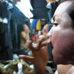 Ketsia Borosky aplica varias capas de base en su rostro en su preparación previa al show de drag queen.
