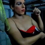 Caridee se viste antes de salir ante el público de la discoteca Zona Caliente.