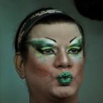Darangeles exhibe sus labios frente al espejo de su camerino en la discoteca Zona Caliente.
