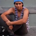 Kevin Montenegro, de 18 años, viste con diversos colores y no necesariamente con tonalidades oscuras como comúnmente se piensa que visten los emos.