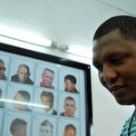 Alexander Guerra muestra algunas de las opciones de corte que tiene en su peluquería Barber Shop Los Prieto.