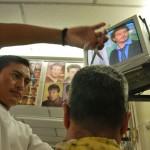 Ángel Orlando Yuca también corta estilos tradicionales a sus clientes de la Peluquería Mi Alborada.