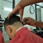 A Luis Valencia, de 27 años, le encanta ser peluquero porque le permite crear y además tiene un horario flexible para estudiar odontología.