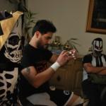 Kalaka, Coyote y el 'tramposo' árbrito Macho Macías se preparan antes del show  por cumpleaños de Liam Solms.