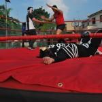 El 'tramposo' árbitro Macho Macías (i) y Hummer (d) festejan haber derrotado a Kalaka, quien luce desmayado sobre el ring.