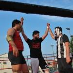 Hummer (i) y Coyote (c) son proclamados campeones por el 'tramposo' árbrito Macho Macías.
