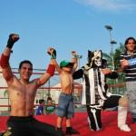 Dylan, el cumpleañero Liam Solms, Kalaka y Jorge Solms festejan la final de la lucha libre.