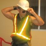 Un casco blanco, un chaleco reflectivo y gafas forman parte del traje de constructor que Chris usa en sus presentaciones.