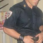 El traje de policía es uno de los más solicitados por las clientes que lo contratan para las presentaciones.
